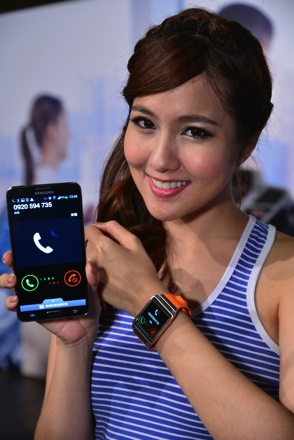 GALAXY Note 3搭配完美智慧夥伴GALAXY Gear行動玩家,透過內建揚聲器,無須中斷動作即可直接進行「免持通話」 copy