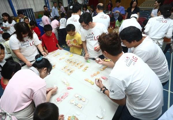 LG員工化身希望特派員參與送希望到偏鄉活動與福山國小孩童互動 copy