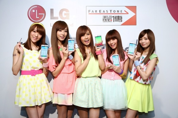 Popu Lady以一身清新繽紛的服裝,今日亮麗現身LG G Pro Lite新機發表會。