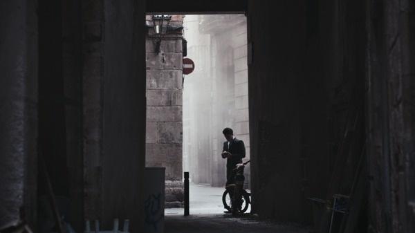 Samsung-主角在城市頹圮的巷弄中透過GALAXY Note 3 與 GALAXY Gear 進行一個祕密計畫 copy