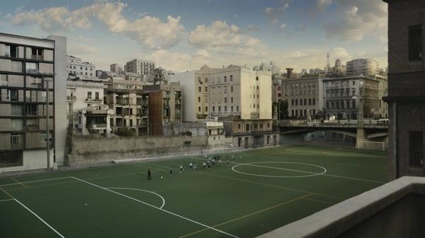 Samsung-站在場上迎接他們的神秘人士正是世界足球巨星-足球先生梅西,並邀請他們迎向陽光並參加足球運動 copy
