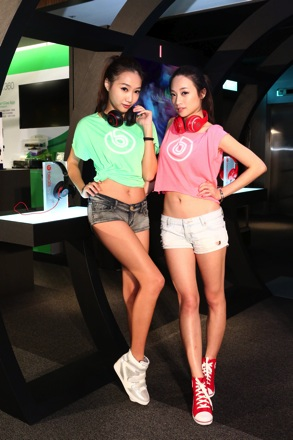 Show Girl配戴紅、黑色Beats耳機體驗New Beats Studio音樂隧道(2) copy