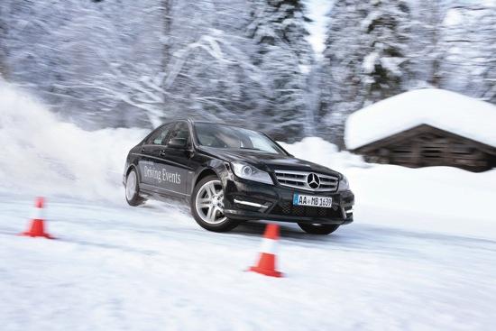 2014 Mercedes-Ben z 海外冬季駕馭課程由專業教練指導過彎、甩尾、繞錐等高難度技巧,所有車主將能完全領會操控上的快感 copy