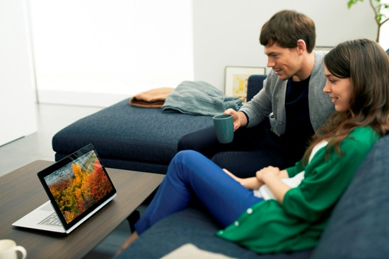 Sony 新聞圖片-VAIO  Fit multi-flip™ PC的創新影音觀賞模式,使用者可360度翻轉螢幕,輕鬆與他人分享螢幕或電影欣賞!