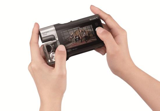 Sony新聞圖片】Sony HDR-MV1 身形輕巧,機身重量僅140克,搭配LCD螢幕的音頻顯示,可隨時調整麥克風音量,確保音質清晰。