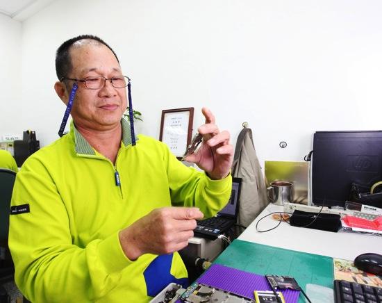 senao獲得「最佳資深員工獎」的鄭先生已在庇護工場服務長達5年,他表示「神腦國際不僅提供我們友善的工作環境,同事間互相鼓勵與扶持也讓生活豐富許多」 copy