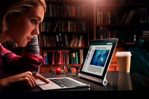 Lenovo聯想新聞圖說三-輕鬆站立模式:拉開立架,Yoga Tablet一秒化身影音娛樂站,前置喇叭搭配杜比音效喇叭,聽音樂或看電影,都能擁有最佳的娛樂饗宴。 copy