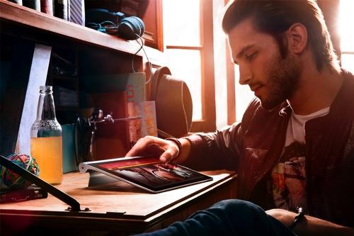 Lenovo聯想新聞圖說四-唯一可靠模式:將Yoga Tablet躺下,則為最佳打字時的可視角度,方便分享生活大小事,或是與朋友聯絡感情。 copy