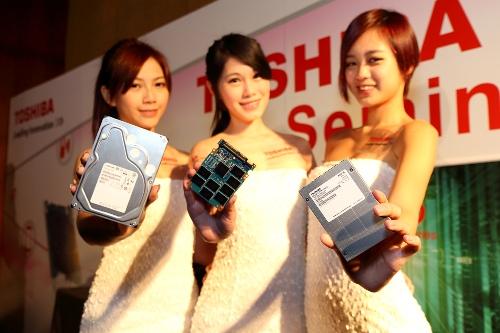 TOSHIBA GIRLS展示東芝最新硬碟-HK3R企業級固態硬碟(右)HG6 SSD固態硬碟(中)MG04企業級容量型硬碟(左)