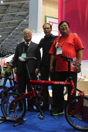 2014太平洋自行車董事長林正義,總經理林鳴皋以及設計師Markus與2014復刻版Birdy合影 copy