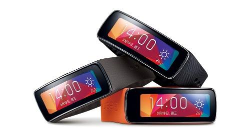 2014榮獲2014 MWC最佳新行動裝置大獎的Samsung Gear Fit為業界首款曲面Super AMOLED穿戴式裝置,讓使用者隨心掌握個人與運動生活,並能隨時隨地保持連線