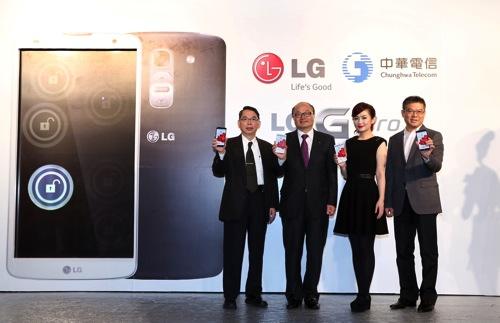 2014由左至右中華電信行動通信分公司林國豐總經理,台灣LG電子金柄亨董事長, LG手機年度代言人Selina, 神腦國際總裁 林保雍, 共同出席為G Pro 2站台 copy