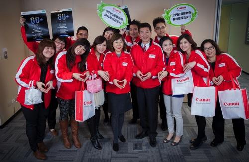 Canon總裁鎌田篤(前排右四)帶領企業員工從日常生活做起,持續實踐綠行動、落實環保節能的理念,與台灣共生。 copy
