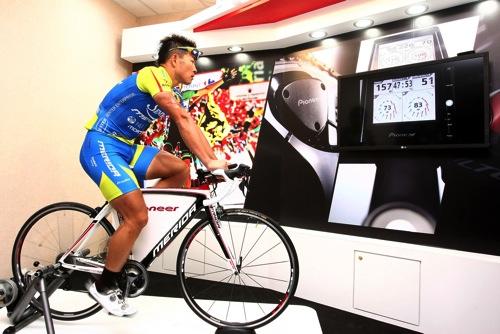 Pioneer Cyclesports_巫帛宏現場示範個人戰鬥指數,即時監控雙腳踩踏效率 copy