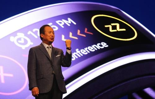 Samsung三星電子行動與資訊事業部執行長申宗均(JK Shin)展示Samsung Gear Fit完美曲面造型與智慧功能 copy