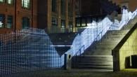 照片裡,美麗的燈牆就像是城市裡的裝置藝術,在無人的深夜點亮的燈帶來一種暖心的感動 […]
