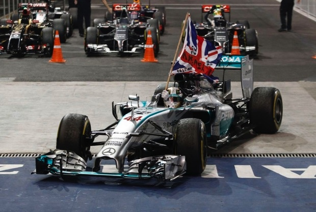 Hamilton勇奪2014 F1世界冠軍舉英國國旗榮耀繞場.jpg copy