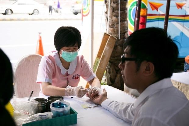2015捐血前由護士為民眾檢查是否可進行捐血 copy