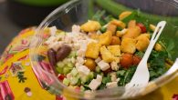 去提供沙拉吧的餐廳吃飯時,看到滿桌子的生菜,腦袋裡總是會想著到底該配什麼沙拉醬、 […]