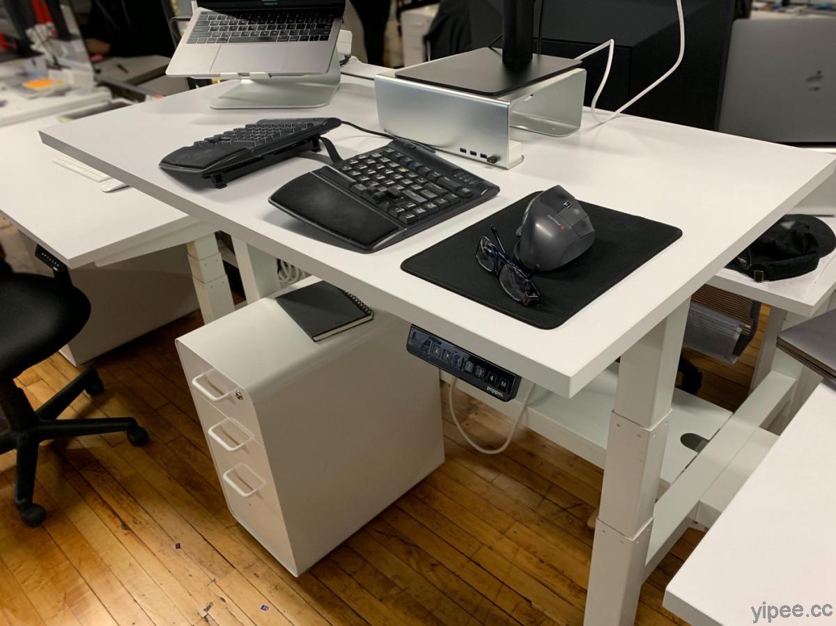 部落客用樹莓派 DIY 改造升降辦公桌,讓它能在自訂時間排程升降