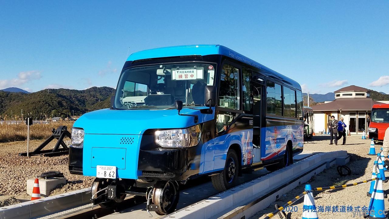 日本阿佐海岸鐵道拚觀光!會變形的「 DMV 列車」能行駛在道路及鐵軌上