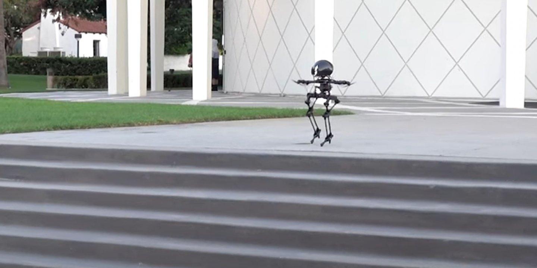 加州理工幫雙足機器人加裝螺旋槳,讓它飛上天、玩滑板、走鋼索!